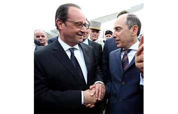 Qatar Airways GCEO, His Excellency Mr. Akbar Al Baker, met with the President of France, Mr. François Hollande (pictured left), as he viewed Qatar Airways' fleet on display at the Paris Airshow.