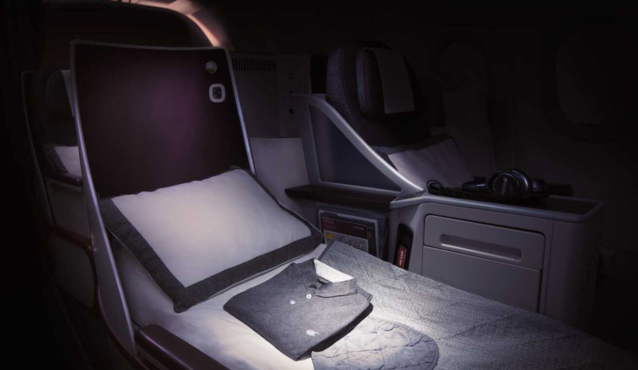 Image of Qatar Airways Airbus 320 business class seat lie flat